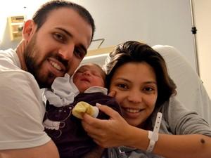 Cecilia tem apenas 23 dias e mudou completamente a rotina do pai, Rafael, e da mãe, Cecilia (Foto: João Henrique Santo)