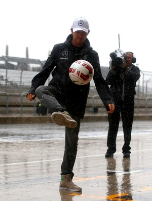 Nico Rosberg joga bola enquanto espera classificação em Austin