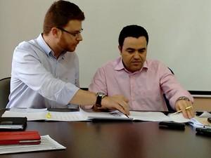 Davi Maia, secretário de Saúde, ao lado de Vladimir Azevedo, prefeito de Divinópolis (Foto: Ricardo Welbert/G1)
