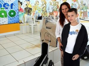 Leonardo e Keile ajudaram a arrecadar lacres para trocar por cadeiras de roda em Piracicaba (Foto: Leon Botão/G1)
