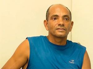 Sargento reformado foi abordado por guardas municipais suspeito de aliciar passageiros para o trasnporte clandestino perto da rodoviária de BH (Foto: Reprodução/ TV Globo)
