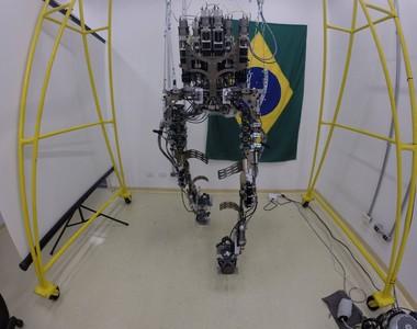 Exoesqueleto desenvolvido pela equipe do cientista brasileiro Miguel Nicolelis (Foto: Divulgação )
