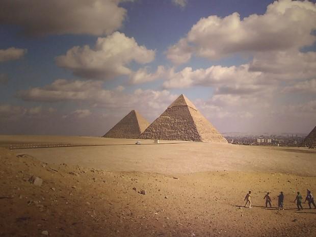 Jogo de futebol em frente às pirâmides do Egito integra a exposição (Foto: Reprodução / TV Tribuna)