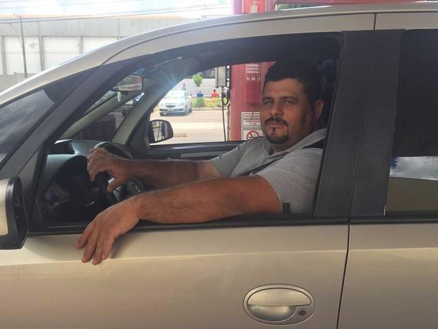 Motorista que verificou queda no preço do litro da gasolina comum em postos do DF (Foto: Jéssica Nascimento/G1)