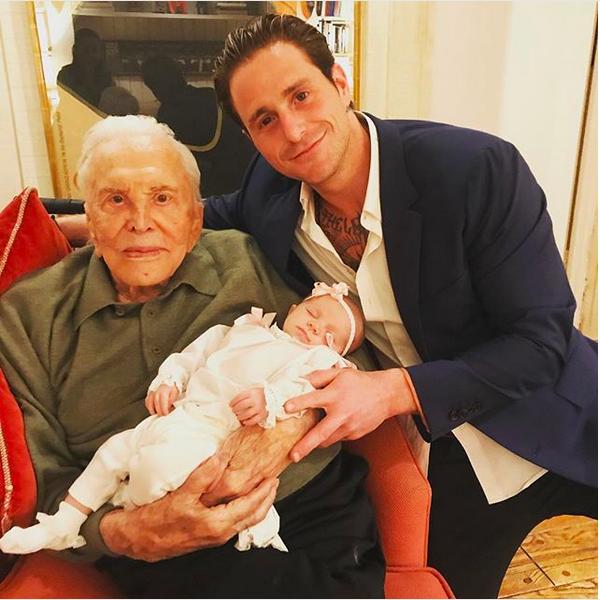 Kirk Douglas com a bisneta, Lua, e o neto, Cameron Douglas (Foto: Instagram)