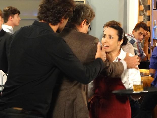 A garçonete de verdade estranha o comportamento de Felipe (Foto: Guerra dos Sexos / TV Globo)