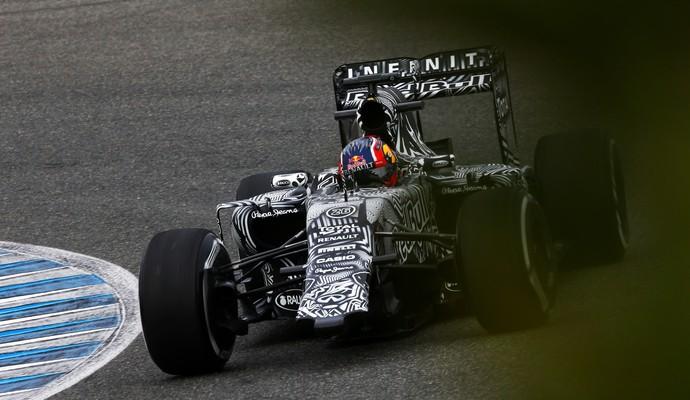 Daniil Kvyat foi para a pista nesta segunda-feira sem a asa dianteira de sua RBR (Foto: Getty Images)