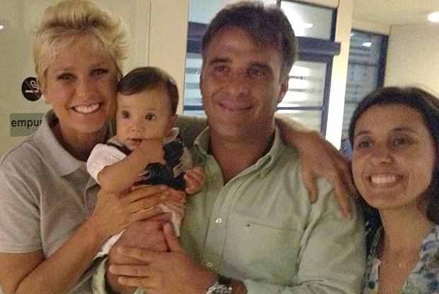 Xuxa paparica bebê antes de gravação (Foto: TV Globo/ TV Xuxa)