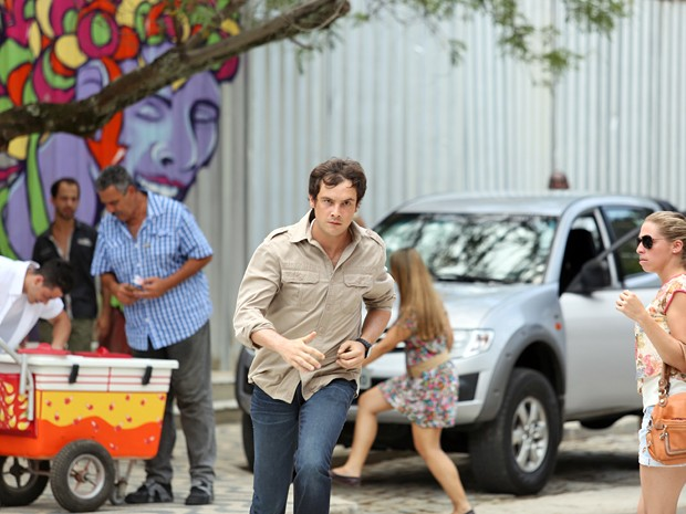 Caíque dá uma de super-herói e corre atrás de ladrão que assaltou Laura (Foto: Carol Caminha / Gshow)