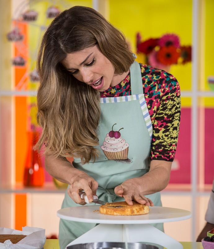 A atriz capricha na personalização do bolo (Foto: Fábio Rocha/Gshow)