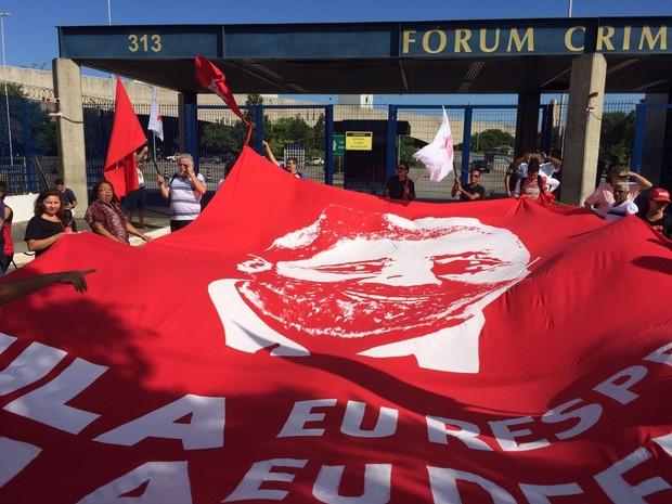 Bandeira com imagem de lula e frase 'Lula eu respeito Lula eu defendo' (Foto: Márcio Pinho/ G1)