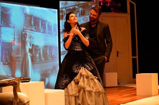 Claudia Ohana e Cássio Reis em cena do espetáculo  (Foto: Divulgação)