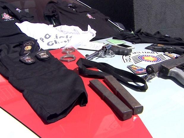 Armas, algema e roupas da Polícia Civil estão entre itens apreendidos pela PM, em Campinas (Foto: Reprodução / EPTV)
