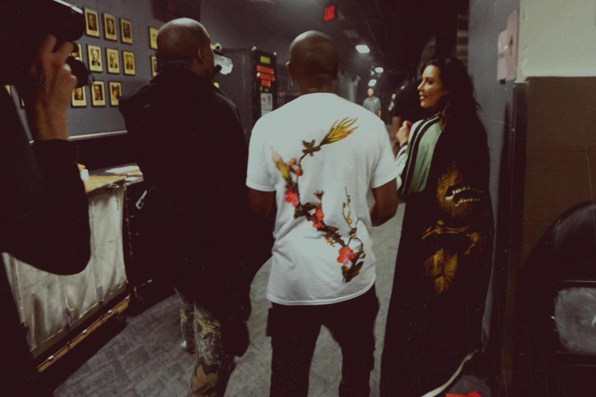 Kanye bebendo no copo após o show (Foto: Reprodução/KimKardashianWest.com)