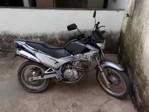 Moto usada por foragidos para cometer crimes foi apreendida (Foto: Polícia Militar/Divulgação)