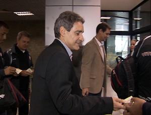 Carpegiani, técnico do Vitória, embarque no aeroporto (Foto: Reprodução/TV Bahia)