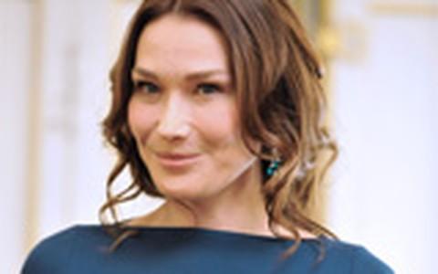 Falta de sutiã de Carla Bruni provoca discussão: estilo ou gafe?