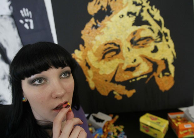 Anna-Sofiya Matveeva usou chicletes mascados para criar um retrato de Mircea Lucescu (Foto: Gleb Garanich/Reuters)