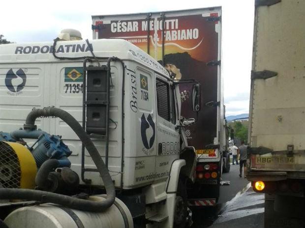 Batida aconteceu com dois caminhões e um carro (Foto: Wellington Salles)