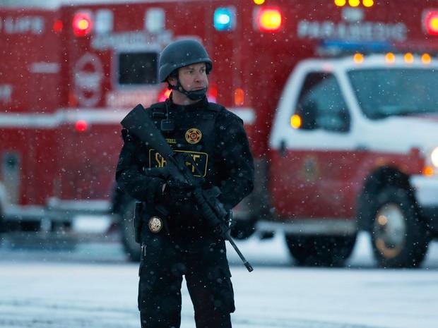 Policial é visto na esquina das ruas Centennial e Fillmore, em Colorado Springs, durante cerco a atirador que se refugiou em prédio da Planned Parenthood, na sexta (27) (Foto: AP Photo/David Zalubowsk)