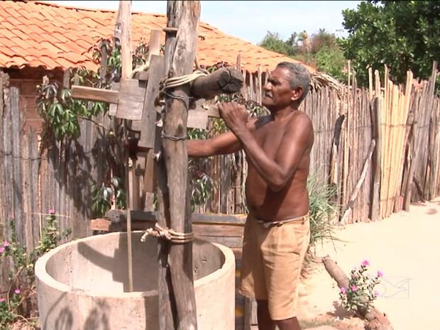 Aposentados reclamam que gastam muito dinheiro para construir poços (Foto: Reprodução/TV Mirante)