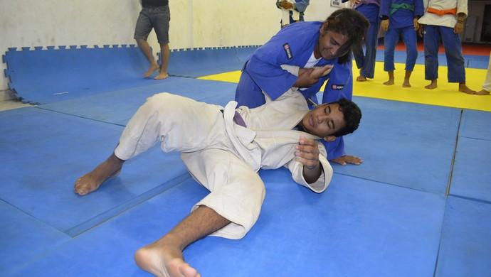 Judoca Débora Maciel imobilizando o filho no tatame (Foto: Wellington Costa/GE-AP)