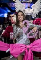 Alessandra Ambrósio arrasa com vestido curto em inauguração de loja
