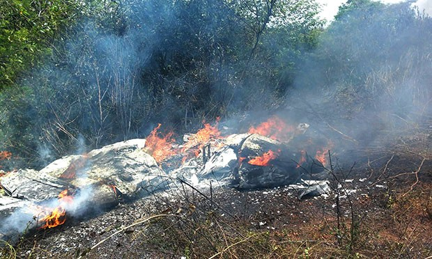 Ultraleve explodiu após cair às margens da BR-406, em Ceará-Mirim (Foto: Wagner Luís)