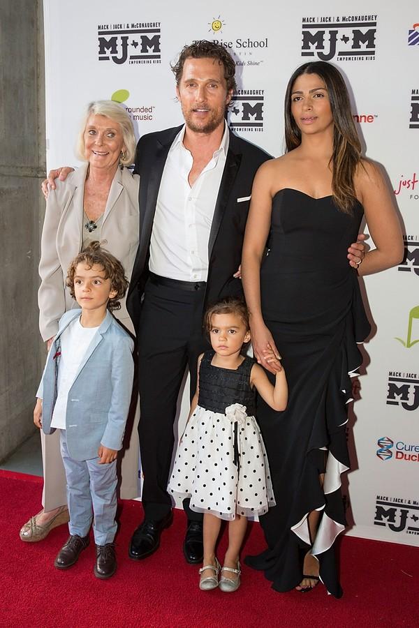 Matthew McConaughey e a família: a mãe Kay, a esposa Camila Alves, e os filhos Levi e Vida (Foto: Getty Images)