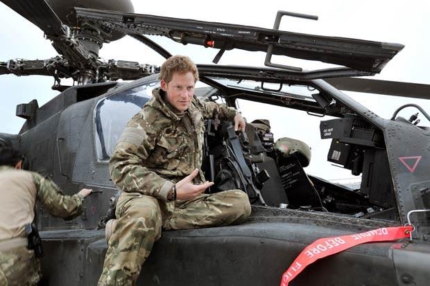O príncipe britânico Harry prepara-se para missão no Afeganistão em 31 de outubro de 2012 (Foto: AFP)