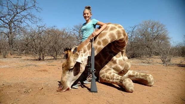 Aryanna Gourdin com uma girafa morta (Foto: Reprodução / Facebook)