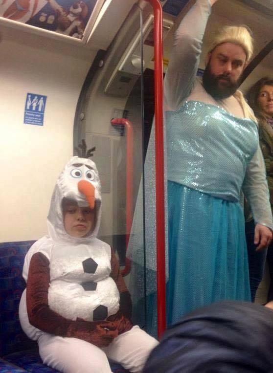 Pai e filha foram flagrados no metrô fantasiados (Foto: Reprodução/Reedit)