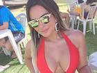 Geisy Arruda usa maiô vermelho à la Pamela Anderson