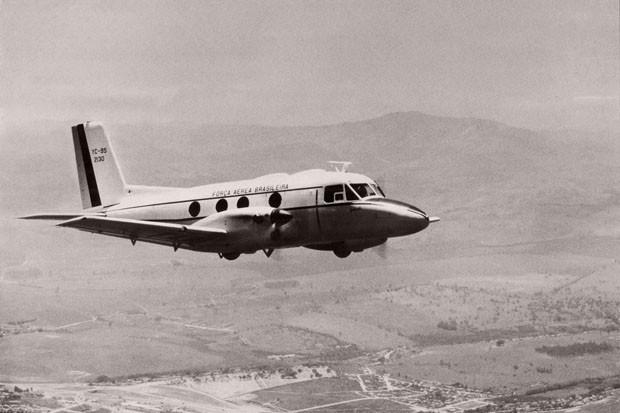 Primeiro protótipo da aeronave EMB 110 Bandeirante, prefixo YC-95, numeração 2130, em voo oficial. Sua decolagem já havia acontecido 4 dias antes, pilotado pelo Major Mariotto Ferreira e pelo engenheiro Michel Cury (Foto: Divulgação)