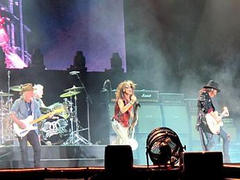 Banda Aerosmith no palco do Estádio Mané Garrincha (Foto: Lucas Nanini/G1)