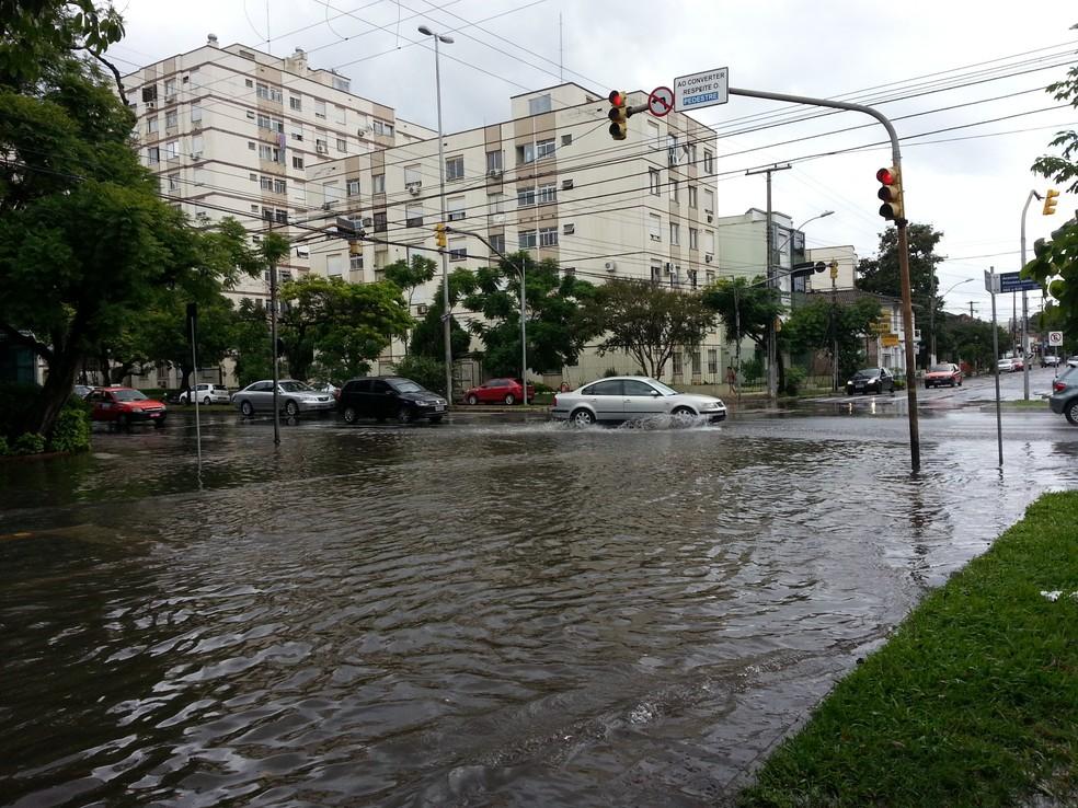 Alagamentos expõem Porto Alegre aos riscos de infecção por leptospirose. (Foto: Giancarlo Barzi/RBS TV)