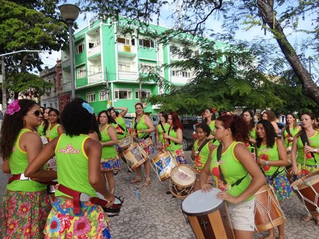 Ensaios das ConXitas antes do carnaval. Chitas, flores no cabelo e batom vermelho são marca do grupo. (Foto: Katherine Coutinho / G1)