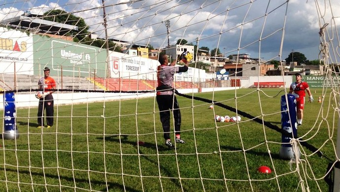 Goleiro George recebe bola lançada pelo treinador Ronaldo Gontijo (Foto: Ricardo Welbert/GE)