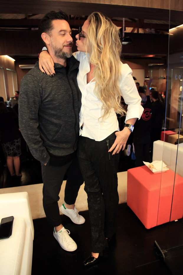 Alexandre Iódice fica na ponta do pé para beijar a mulher, Adriane Galisteu, de saltão (Foto: Marcos Ribas/Brazil News)
