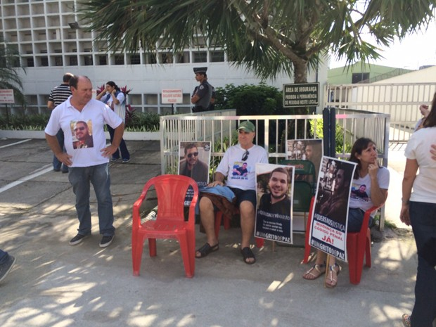 Familiares de Mario estenderam cartazes no dia do julgamento dos acusados (Foto: Solange Freitas/TV Tribuna)