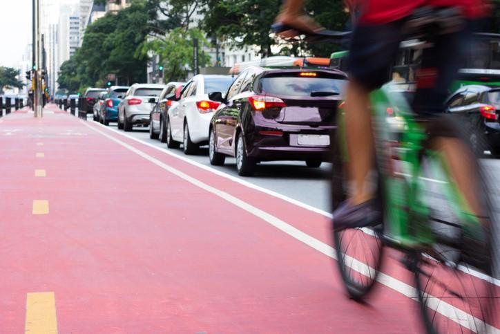 Cidades onde há ciclistas nas ruas e pessoas nas calçadas são mais seguras (Foto: Thinkstock)