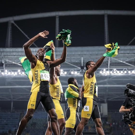 Usain Bolt após vencer o revezamento 4x100 com a equipe da Jamaica (Foto: Ricardo Nogueira/ÉPOCA)