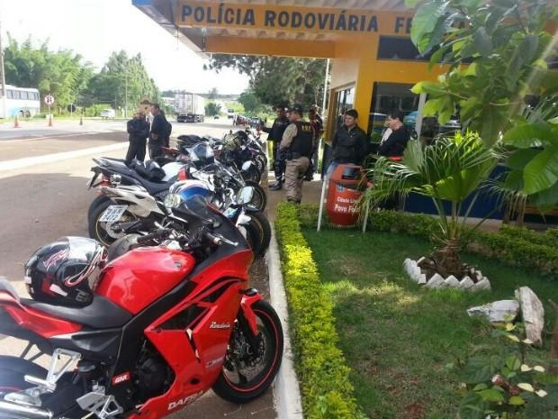 Motos de alta performance foram apreendidas pela Polícia Rodoviária Federal, na BR-060, em Goiás (Foto: Divulgação/PRF)