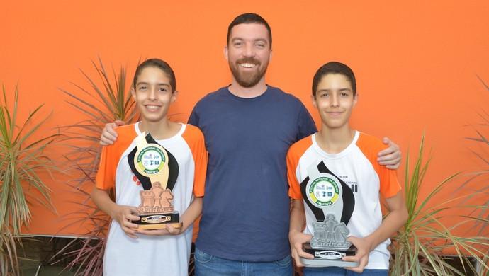 Yago e Victor Labussiere ao lado do professor Igor: garotos representarão Goiás no Pan de Xadrez (Foto: Divulgação)