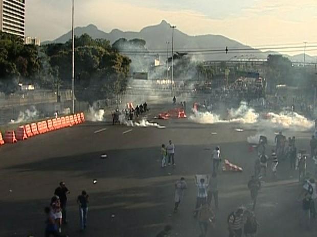 Confronto entre a Tropa de Choque e manifestantes ocorre já com o jogo iniciado no Maracanã (Foto: Reprodução/TV Globo)