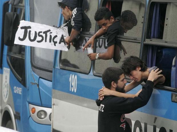 Durante prisão em 2013, Sininho se despede do namorado, conhecido como 'Game Over', ao ser levada para presídio em ônibus da PM (Foto: Estefan Radovicz/Agência O Dia/Estadão Conteúdo)