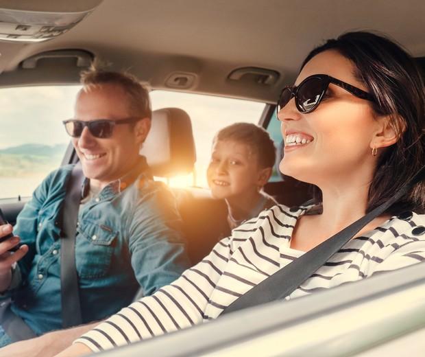 Família brinca no celular em viagem (Foto: Thinkstock)