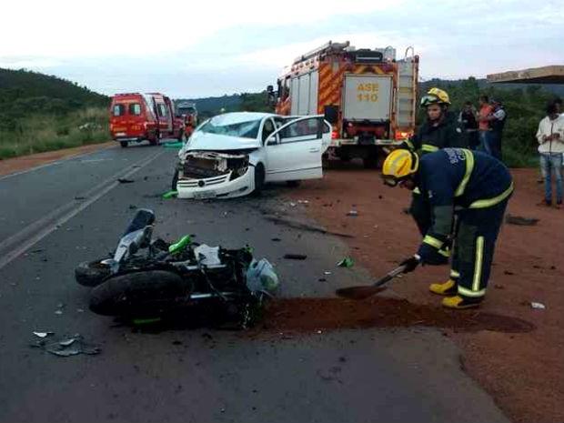 Moto e carro com peças destruídas após batida fatal na DF-250, no Paranoá (Foto: Corpo de Bombeiros/Divulgação)