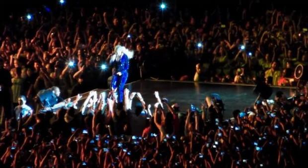 Beyoncé é puxada por fã durante show em São Paulo (Foto: Youtube / Reprodução)