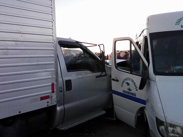 Acidente entre caminhão e van no sudoeste da Bahia (Foto: Polícia Civil/ Divulgação)